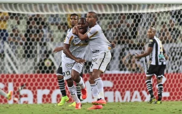 André Bahia, com Sheik, comemora o gol que classificou o Botafogo (Foto: Jarbas Oliveira / Ag. Estado)