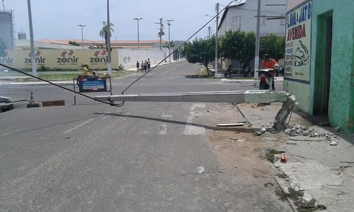 Populares informaram que foi um veiculo que derrubou o poste - Foto Cavalcante Neto/Mais FM