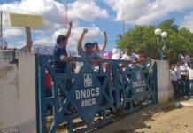 Estudantes em protesto na sede do DNOCS em Icó solicitando a liberação do terreno para a construçao do campus da UFCA. Foto Jan Messias
