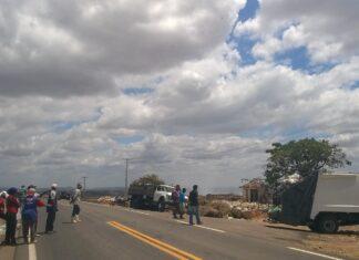 Catadores em protesto bloqueiam o acesso ao lixão de Iguatu Foto Jan Messias