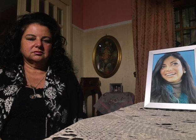 """Maria Tereza (esq.), mãe de Tiziana, exige justiça: """"É como se fosse premeditado, um plano criminoso. Só queriam mostrar aquela pobre menina, com a intenção de expô-la na internet"""""""